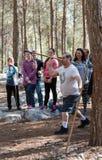 一个人在森林里学会投掷矛在重建`北欧海盗村庄`出售访客装饰在本Shemen附近在Isr 图库摄影