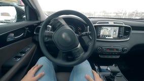 一个人在汽车,当它自驾驶时,关闭坐 股票视频