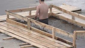 一个人在洗礼在冰冷的河,慢动作宴餐沐浴,结冰 影视素材