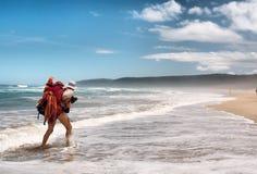 一个人在海海滩走 免版税图库摄影