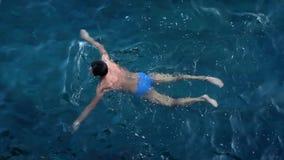 一个人在海游泳 股票视频