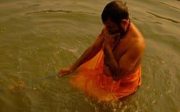 一个人在甘加河沐浴在瓦腊纳西 免版税图库摄影