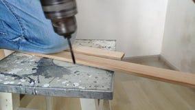 一个人在绝尘室操练木板条,钻子,具体,电钻,接近的手拿着电钻 影视素材