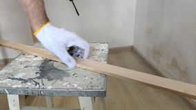 一个人在绝尘室操练木板条,钻子,具体,电钻,接近的手拿着电钻 股票录像