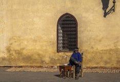 一个人在马拉喀什上,摩洛哥Souk市场  免版税图库摄影