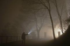 一个人在黑暗中 库存照片