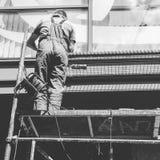 一个人在Kyiv,乌克兰中间修理标志 免版税库存图片