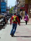 一个人在monocycle的一条边路乘坐 库存图片