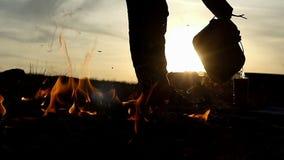 一个人在slo mo倾吐热水以烧瓶不远的形式篝火 股票录像