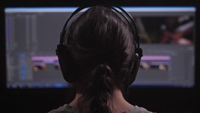 一个人工作在计算机 他有一个视频编辑器,他登上从不同的框架的录影 4K缓慢的mo 影视素材