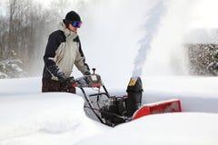 一个人工作雪吹的机器 免版税图库摄影