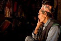 一个人平静地坐与他的duaghter在加德满都,尼泊尔 免版税库存照片