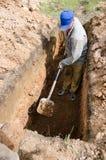 一个人开掘坟墓 库存照片