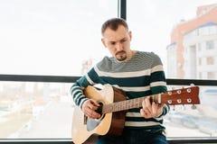 一个人弹吉他 了解作用的吉他 音乐教育 库存照片