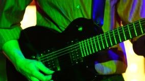 一个人弹吉他 影视素材