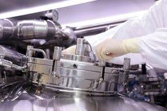 一个人打开一个化学反应器 工业制药的神父 人关闭反应器 生产颗粒化, suspen 库存照片