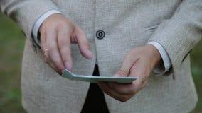 一个人打开与信件,事务的一个信封 股票视频