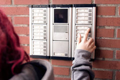 一个人按在对讲机的一个按钮 免版税库存照片