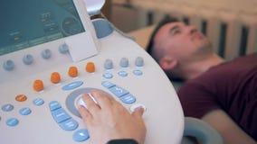 一个人接受在一个声波控制台执行的超声波做法 影视素材