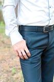 一个人握他的在他的口袋的手 免版税库存照片