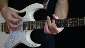 一个人播放在一把白色电吉他的节奏在黑背景 花卉grunge话筒装饰品摇滚明星水彩 影视素材