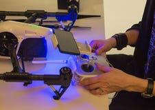一个人收集quadcopter 免版税库存照片