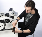 一个人收集quadcopter 免版税图库摄影