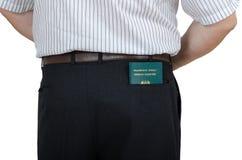 一个人有一本汤加护照 免版税库存照片