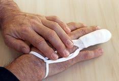 一个人有伤害到他的手指 免版税库存照片