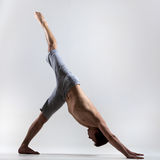 一个人有腿下来尾随瑜伽姿势 图库摄影