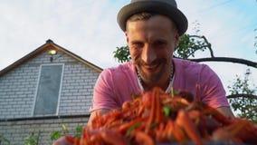 一个人服务煮沸的小龙虾板材  股票视频