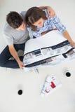 一个人概要和他的拿着房子的妻子计划 免版税图库摄影