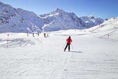 一个人滑雪在滑雪胜地 冬天山,全景-意大利阿尔卑斯的积雪覆盖的峰顶 免版税库存照片