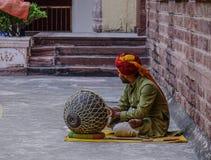 一个人演奏鼓在Mehrangarh堡垒 免版税库存照片