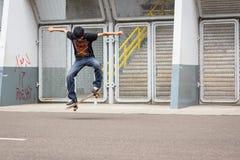 一个人演奏滑板 免版税库存照片