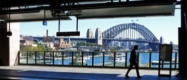一个人的剪影反对悉尼港桥的在悉尼Aust 免版税库存图片