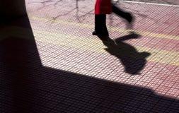 一个人的剪影和阴影城市边路的 图库摄影