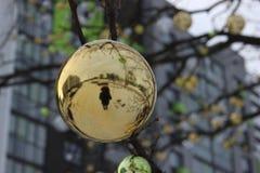 一个人的剪影圣诞节球的反射的 树装饰新年以为背景 库存照片