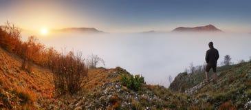 一个人的剪影在山上面的 体育和活跃生活骗局 图库摄影