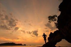 一个人的剪影日落的本质上在夏天以开放 库存图片