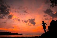 一个人的剪影日落的本质上在夏天以开放 免版税库存照片