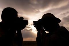 一个人的剪影有一台照相机的在日落背景 免版税库存照片