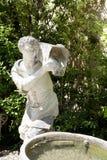 一个人的古老雕塑有一个桶的水在Boboli加尔省 免版税库存图片