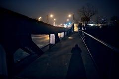一个人的可怕阴影一件外套的在葡萄酒芝加哥桥梁 库存照片