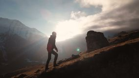 一个人的史诗射击鸟瞰图走在山边缘的作为在美好的日落的一个剪影 ?? 股票视频