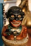一个人的弯曲的小雕象古董店的在高知 古老 免版税库存图片