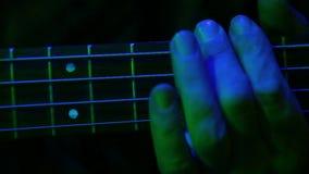 一个人的手声调吉他 特写镜头 股票录像