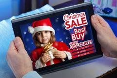 一个人的手网站的购物与公告概念pu 免版税库存照片