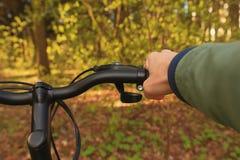 一个人的手自行车的轮子的 方向盘自行车特写镜头 图库摄影
