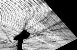 一个人的模糊的剪影阴影在城市在冬天 库存图片